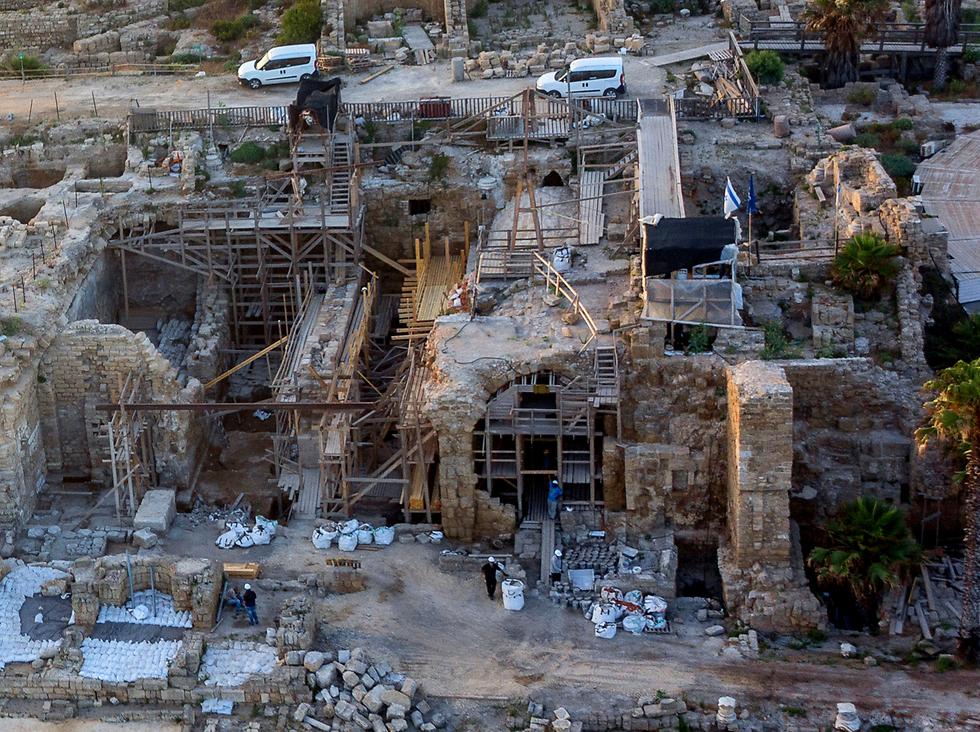 עבודות השימור והתמיכה בקמרונות שבחזית במת המקדש שבנה הורדוס לקיסר אוגוסטוס והאלה רומא  (צילום: גריפין צילום אווירי)