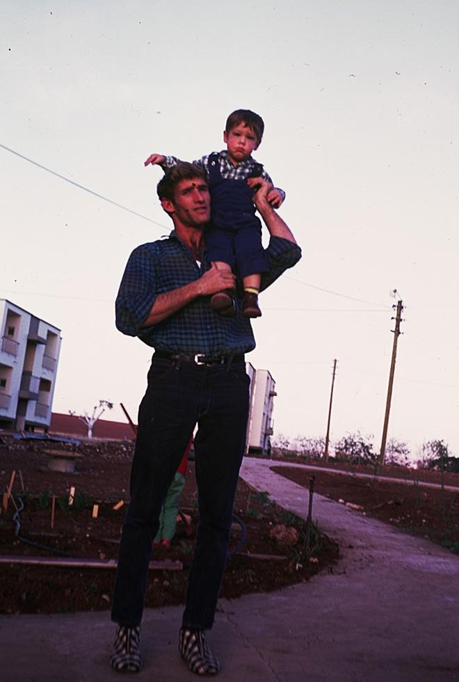 """אילן ידידיה עם אחיה שלמה (מומו). """"כולנו קראנו לו אבא"""" (צילום: אלבום פרטי)"""