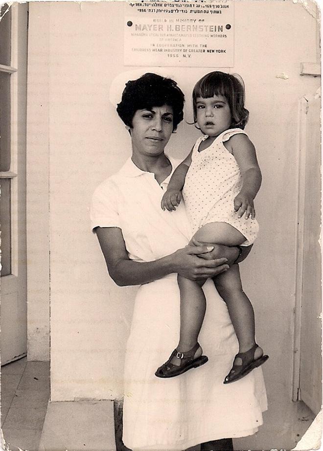 """בגיל שלוש, עם האחות תרצה בבית החולים. """"השנים האלה עיצבו את האישיות שלי"""" (צילום: אלבום פרטי)"""