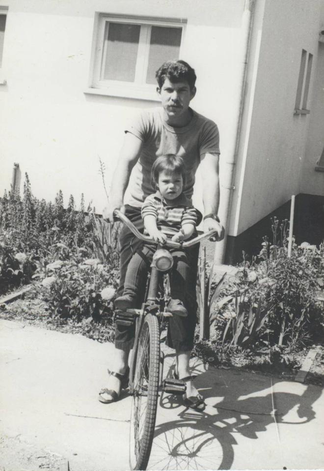 """נעמה מגרי""""ל עם אביה שלמה ב-1967, זמן קצר לפני שנהרג. """"אין לי זיכרון של ממש ממנו"""" (צילום: אלבום פרטי)"""