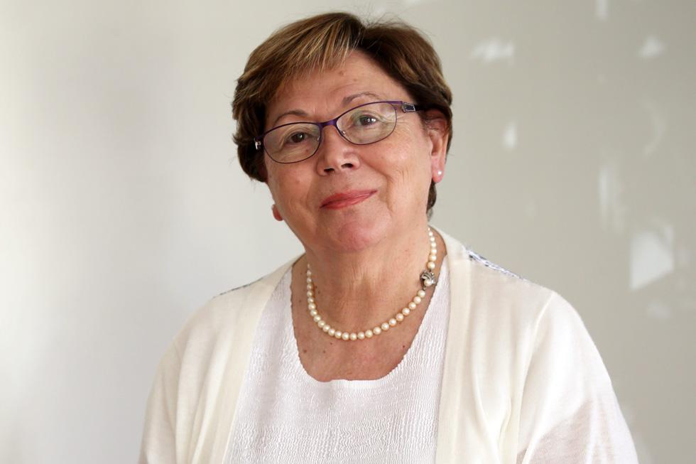 """אדית שנידמן (78), לשעבר עובדת מינהלה בכירה בבתי חולים, אם לשלושה וסבתא לעשרה, מתגוררת בתל אביב. """"מישהו שומר עליי"""" (צילום: יריב כץ)"""