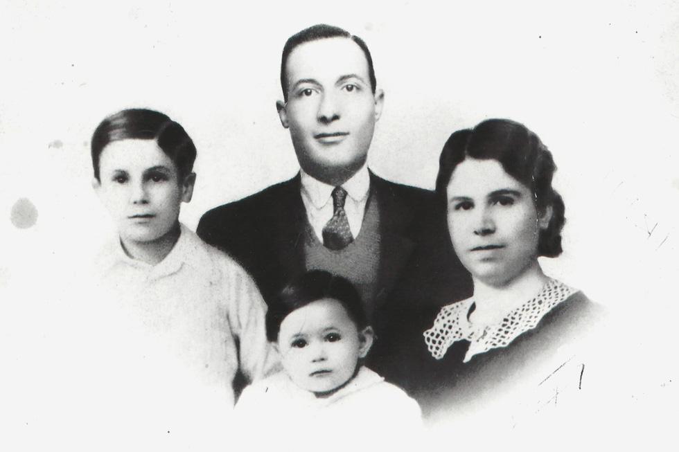 """אדית עם הוריה ואחיה. """"אין לי אף טיפת זיכרון משש השנים הראשונות של חיי"""" (צילום: אלבום פרטי)"""