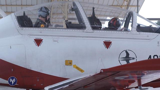 """מטוס הצוות האווירובטי """"עפרוני"""" מתכונן למטס (צילום: דו""""צ) (צילום: דו"""