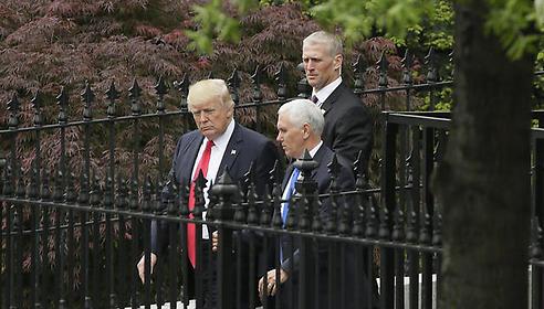 טראמפ וסגנו יוצאים מהתדרוך בבית הלבן. צילום: רויטרס