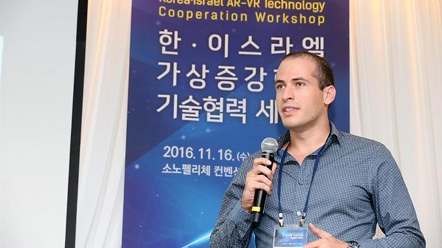 אופיר חזן מרצה בכנס Global Technology שהתקיים בסיאול, קוריאה הדרומית (באדיבות אופיר חזן)
