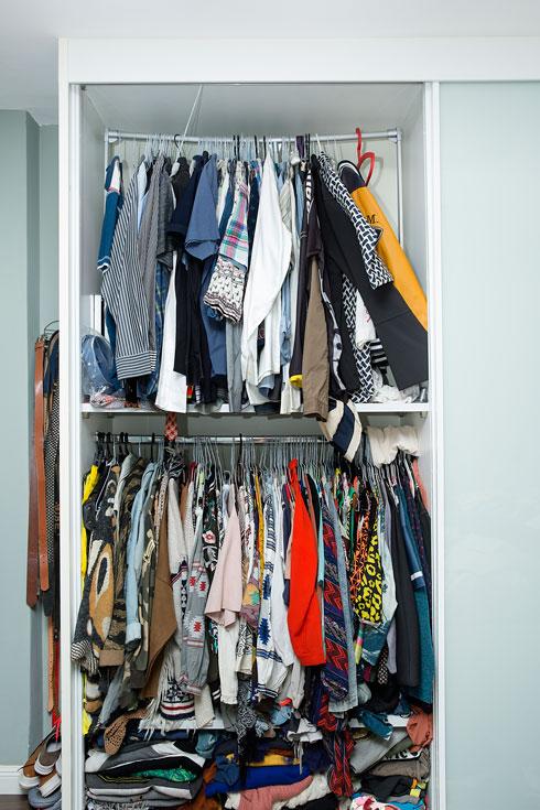 """""""כשעזבתי את החברה, הסתכלתי על ארון הבגדים שלי והייתי מזועזעת! מצאתי בגדים חדשים שהתווית עדיין עליהם, או בגדים שלא לבשתי שנתיים"""" (צילום: ענבל מרמרי)"""