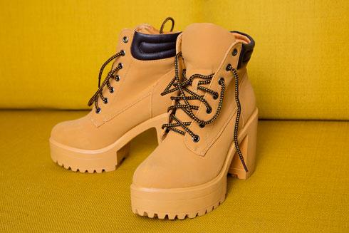 """""""אלה נעליים שעיצבנו: שילוב בין נעלי קאטרפילר לפלטפורמה. בהתחלה זה נראה לי מגניב, אבל הן הזויות!"""" (צילום: ענבל מרמרי)"""