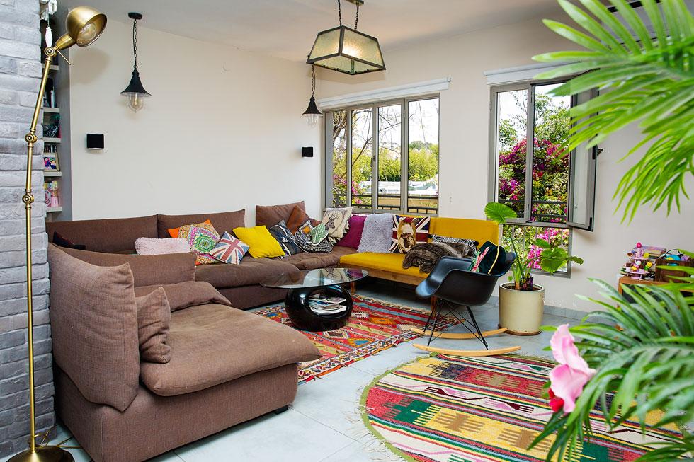 הסלון צבעוני כמו הארון. דירת הדופלקס בצפון תל אביב (צילום: ענבל מרמרי)
