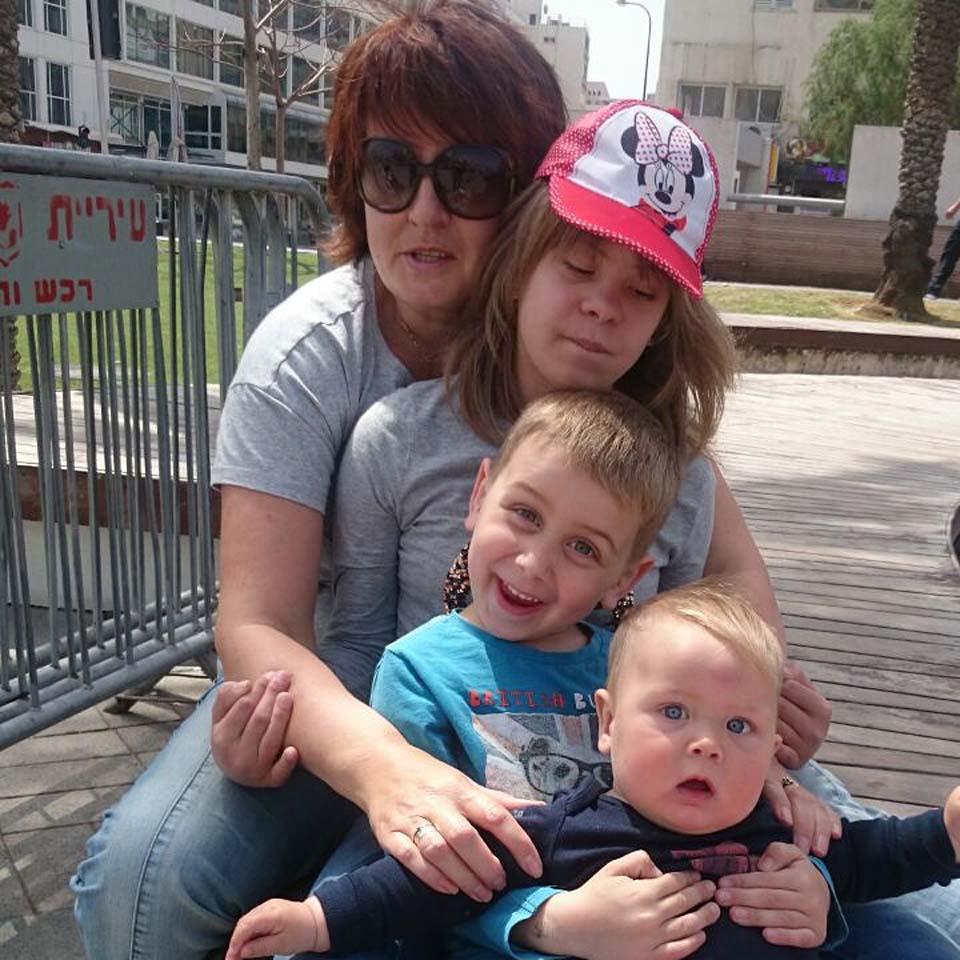 Лариса Зимина со всеми своими детьми. Фото из личного архива