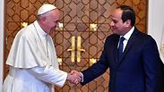 שבועות לאחר רצח עשרות נוצרים במצרים: האפיפיור נחת בקהיר
