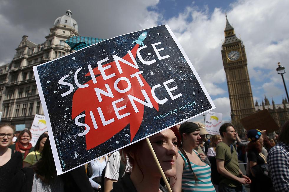 """""""מדע, לא השתקה"""". מפגינים בלונדון בצעדה למען המדע במסגרת חגיגות """"יום כדור הארץ"""" והמאבק בעובדות אלטרנטיביות (צילום: AFP)"""