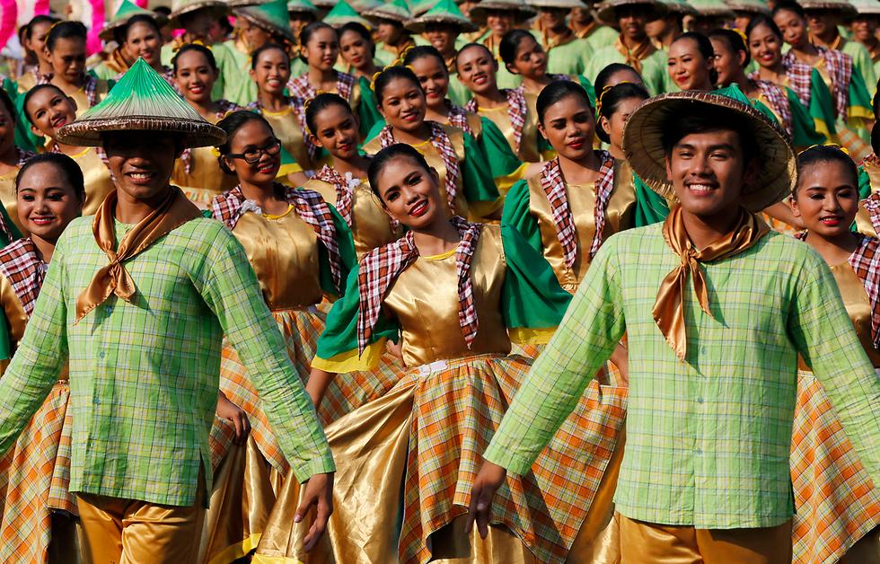 תחרות ריקוד רחוב במנילה, בירת הפיליפינים, במסגרת פסטיבל אלילוואן שבו כל מחוז במדינה מציג את המוצרים והתרבות שלו (צילום: EPA)