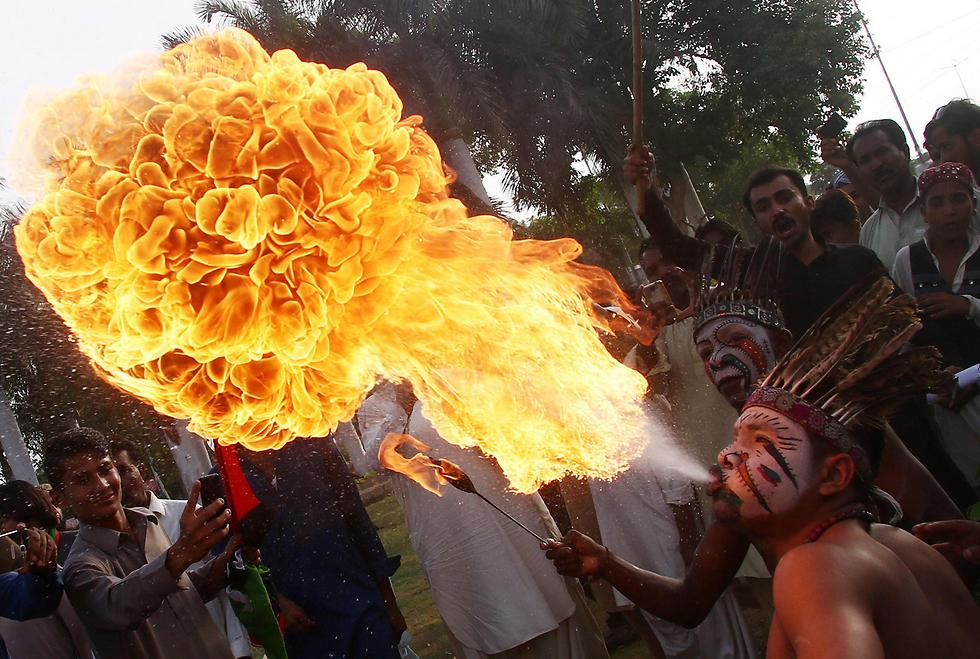 """חברים במפלגת האופוזיציה הפקיסטנית """"מפלגת העם"""" מפגינים בעיר קראצ'י בדרישה מראש הממשלה נוואז שריף להתפטר מתפקידו בעקבות מעורבותו לכאורה בשחיתות שנחשפה במסמכי פנמה (צילום: EPA)"""