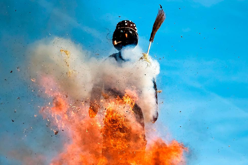 בעיר ציריך שבשווייץ העלו באש בובת איש שלג כחלק מטקס מסורתי לקראת בוא הקיץ (צילום: AFP)