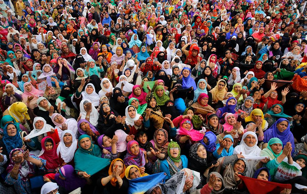 נשים מוסלמיות מתפללות במקדש בעיר סרינגאר שבקשמיר ההודית, ביום שבו על פי האמונה עלה השמיימה הנביא מוחמד (צילום: EPA)