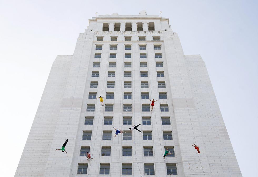 """בעיר לוס אנג'לס ציינו את """"יום לה לה לנד"""", כשמו של הסרט המפורסם, בריקוד אווירי באזור בניין העירייה (צילום: EPA)"""