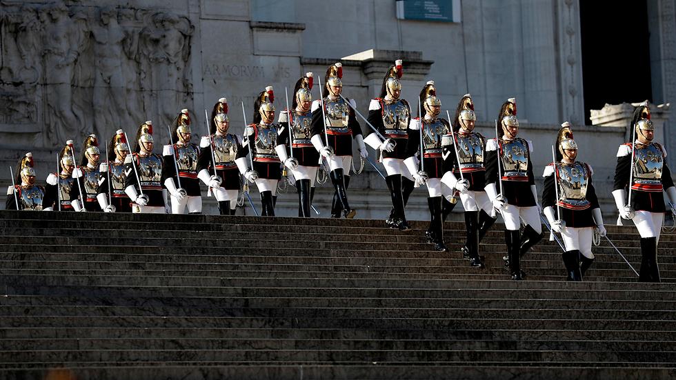 חיילי המשמר הנשיאותי ליד קבר החייל האלמוני ברומא בחגיגות יום השחרור מעול המשטר הפשיסטי והנאצי של מלחמת העולם השנייה (צילום: AP)