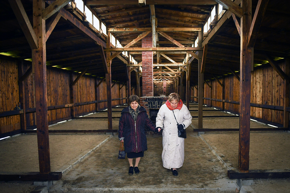 Auschwitz-Birkenau survivors Bronia Brandman (L) and Giselle 'Gita' Cycowicz at a Birkenau hut in which both were forced to sleep during the Holocaust (Photo: Shahar Azran)