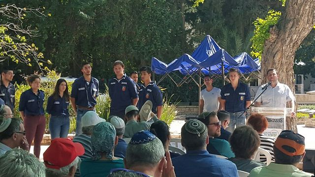 The annual memorial service at Mizrahi's grave