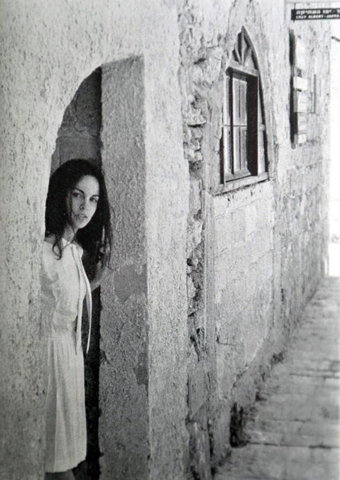 """עליזה פלורנטל כפי שצולמה ביפו על ידי יורם ביאלר ז""""ל. """"כולנו היינו בתקופה מבולבלת"""" (צילום רפרודוקציה: צביקה טישלר)"""