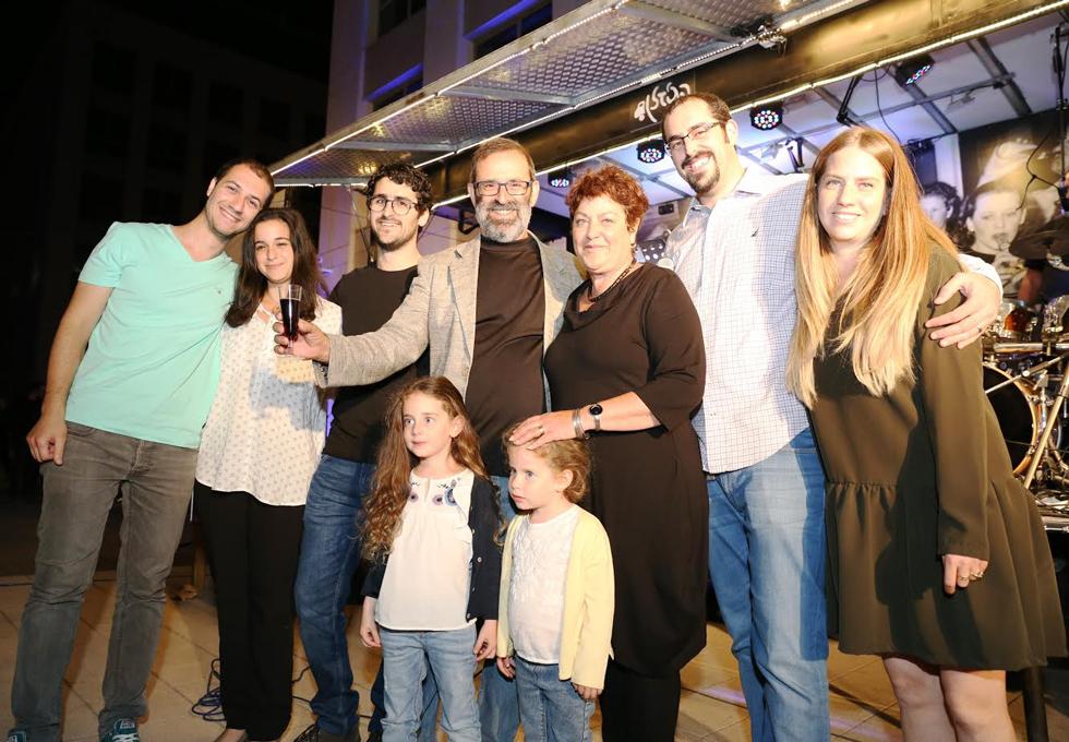 משפחת נחום המורחבת. במרכז: רמי נחום בג'קט ()