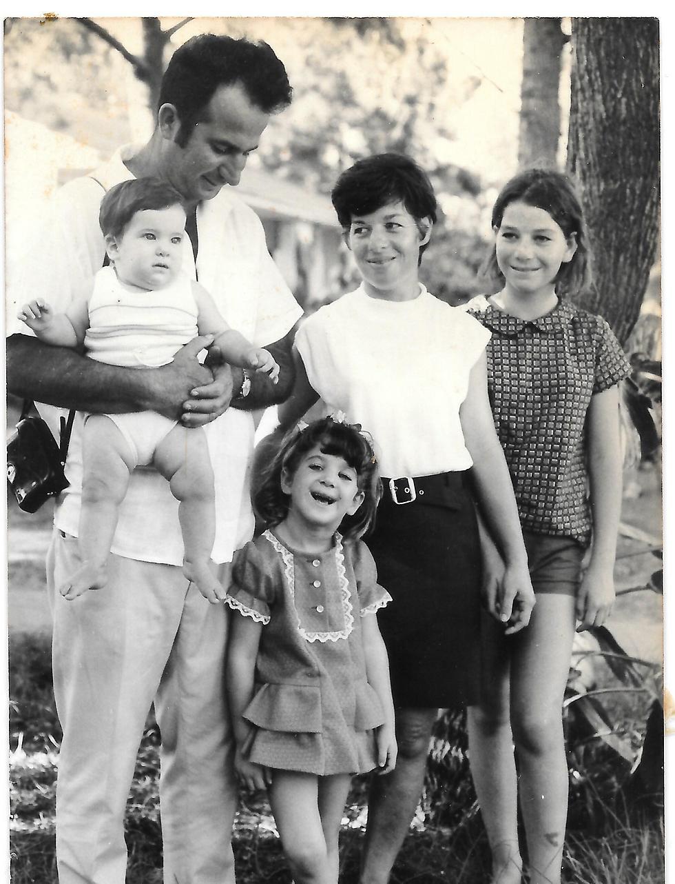 """גדי ז""""ל והילדות (צילום: אוסף משפחתי) (צילום: אוסף משפחתי)"""