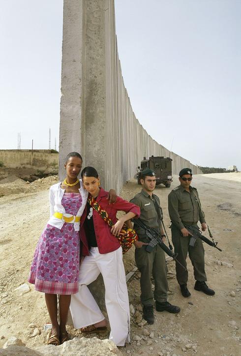 כשפוליטיקה פוגשת אופנה, גרסת 2004. צילומי הקמפיין של קום איל פו על רקע גדר ההפרדה (צילום: Gettyimages)