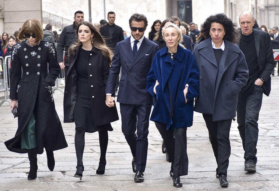 מימין: שרה מיינו, קרלה סוזאני, פרנצ'סקו קרוציני, בי שפר ואנה ווינטור בטקס האשכבה לפרנקה סוזאני (צילום: rex/asap creative)