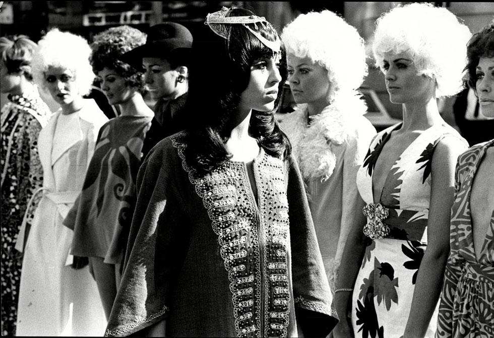 """""""האופנה העולה מן המדבר"""". ליאורה לפידות מדגמנת את הסגנון האתני, 1969 (צילום: rex/asap creative)"""