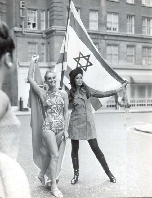 הדוגמניות ליאורה לפידות ועידית קמחי מקדמות את שבוע האופנה הישראלי בלונדון לאחר מלחמת ששת הימים, 1967 (צילום: rex/asap creative)