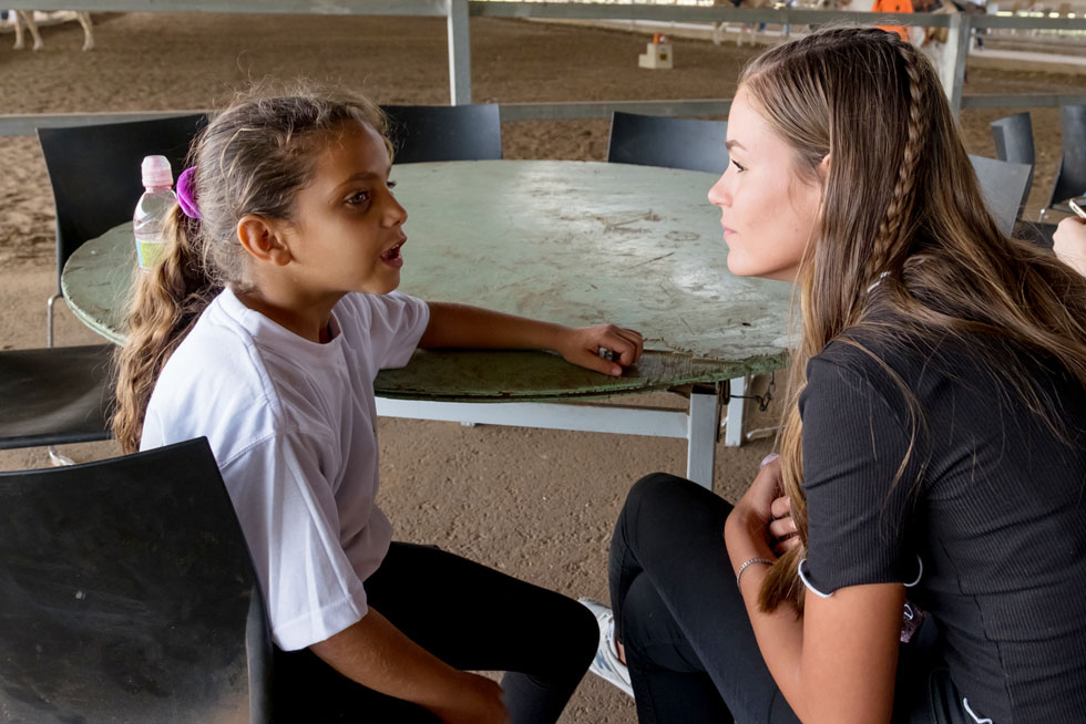 היכרות מרגשת עם הילדים המטופלים במרכז. המועמדת יאנה גרוס (צילום: רויטל אילוז)