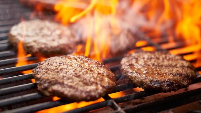 להקפיד על צלייה אחידה של הבשר (צילום: shutterstock) (צילום: shutterstock)