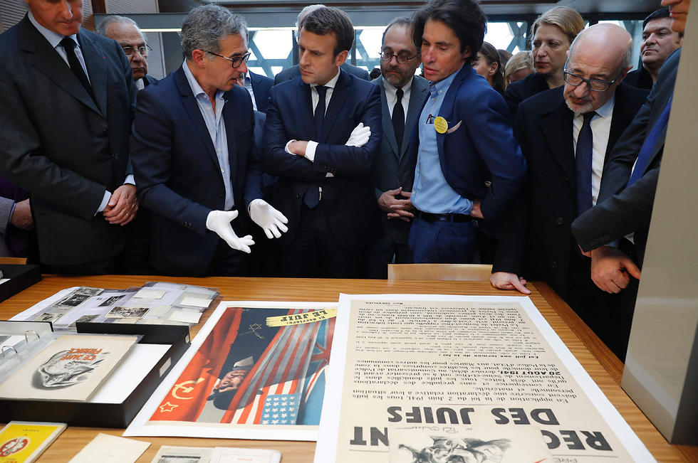 Emmanuel Macron (C), escorted by French-Israeli lawyer and French state councillor, Arno Klarsfeld (C-R) visits the Shoah Memorial in Paris. (Photo: AFP)