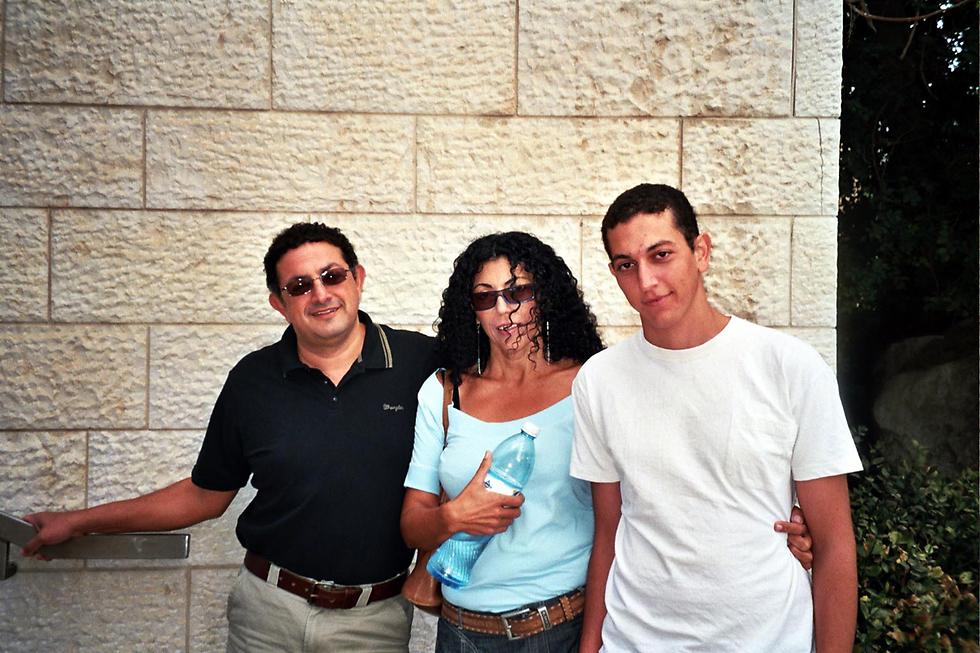"""נמרוד כהן ז""""ל עם הוריו אסתי ואריה  (צילום: אלכס קולומויסקי) (צילום: אלכס קולומויסקי)"""