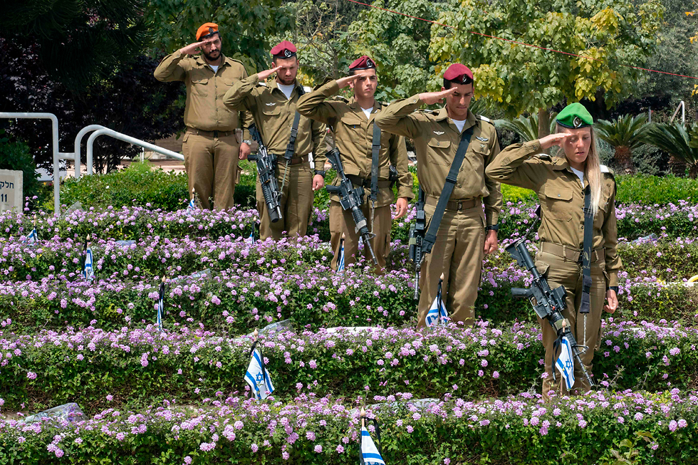 Marking Memorial Day at Kiryat Shaul (Photo: AFP)