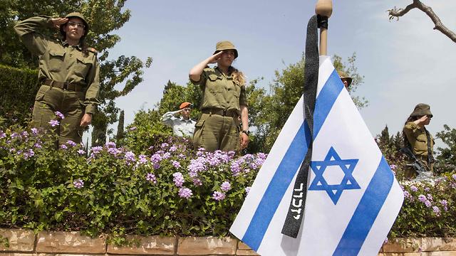 """בית עלמין צבאי ביום הזיכרון לחללי צה""""ל (צילום: AFP) (צילום: AFP)"""