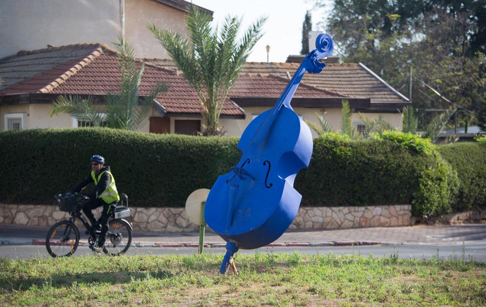 וגם בקרית אונו אוהבים לנגן. קונטרבס (או אולי צ'לו) כחול מפאר את הכניסה האחורית לקניון העירוני (צילום: דור נבו)