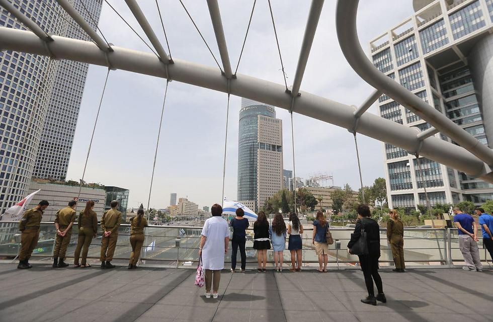 Standing at attention during the siren on the Azrieli Bridge in Tel Aviv (Photo: Yaron Brenner)
