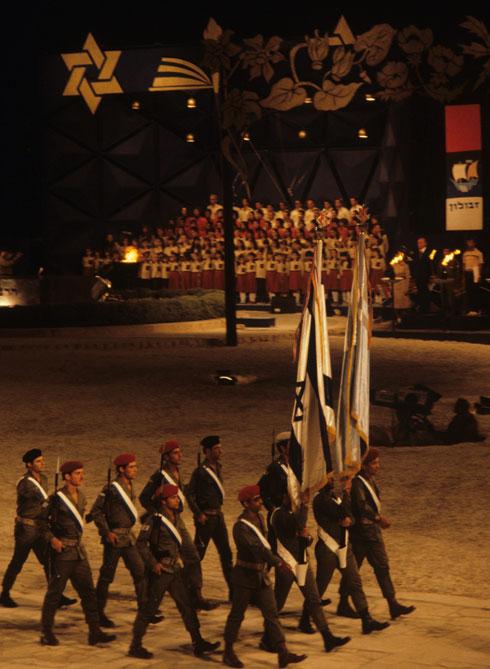 טקס הדלקת המשואות בהר הרצל בירושלים, 1981. הקליקו על התמונה (צילום: דוד רובינגר)