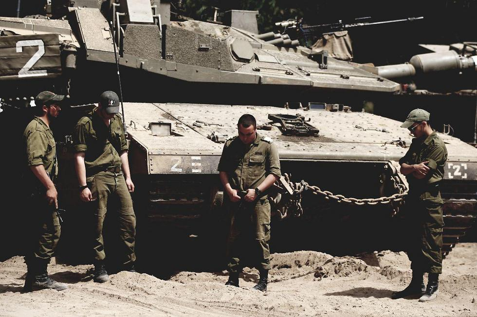 IDF tank fighters standing at attention during the siren (Photo: Roee Idan)