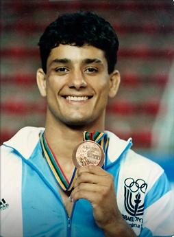סמדג'ה עם המדליה מברצלונה 92'. הראשון שזכה גם כספורטאי וגם כמאמן (צילום: יוסי רוט)