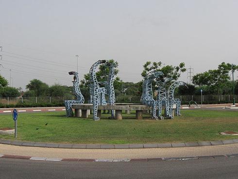 פסלים בהשראת חברת החשמל. הרצליה (צילום: Ori, cc)