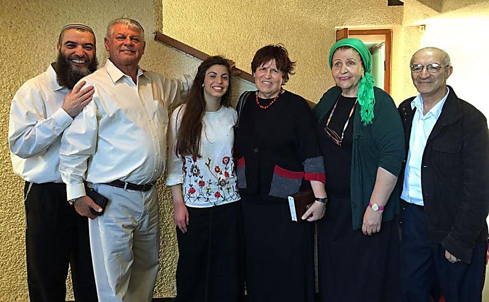 """הסבא (ראשון מימין) והנכדה, במרכז: """"מעל ומעבר למה שציפיתי"""""""
