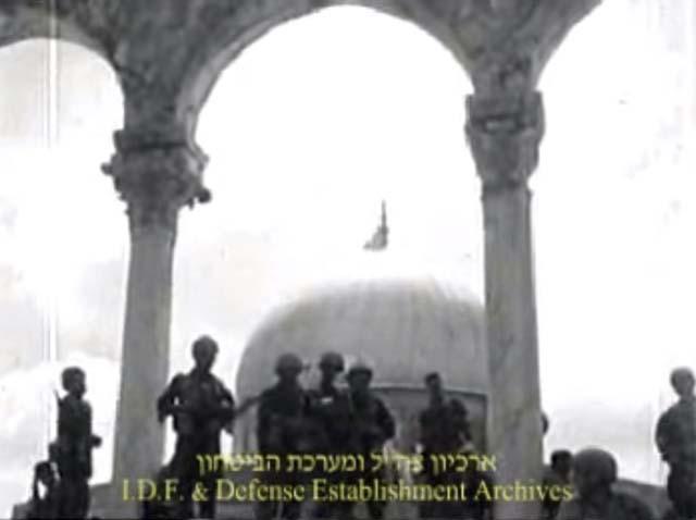 """Солдаты на фоне флага над Куполом скалы. Кадр из фильма """"Ха-ир шехубра ла яхдав"""", архив ЦАХАЛа и минобороны"""