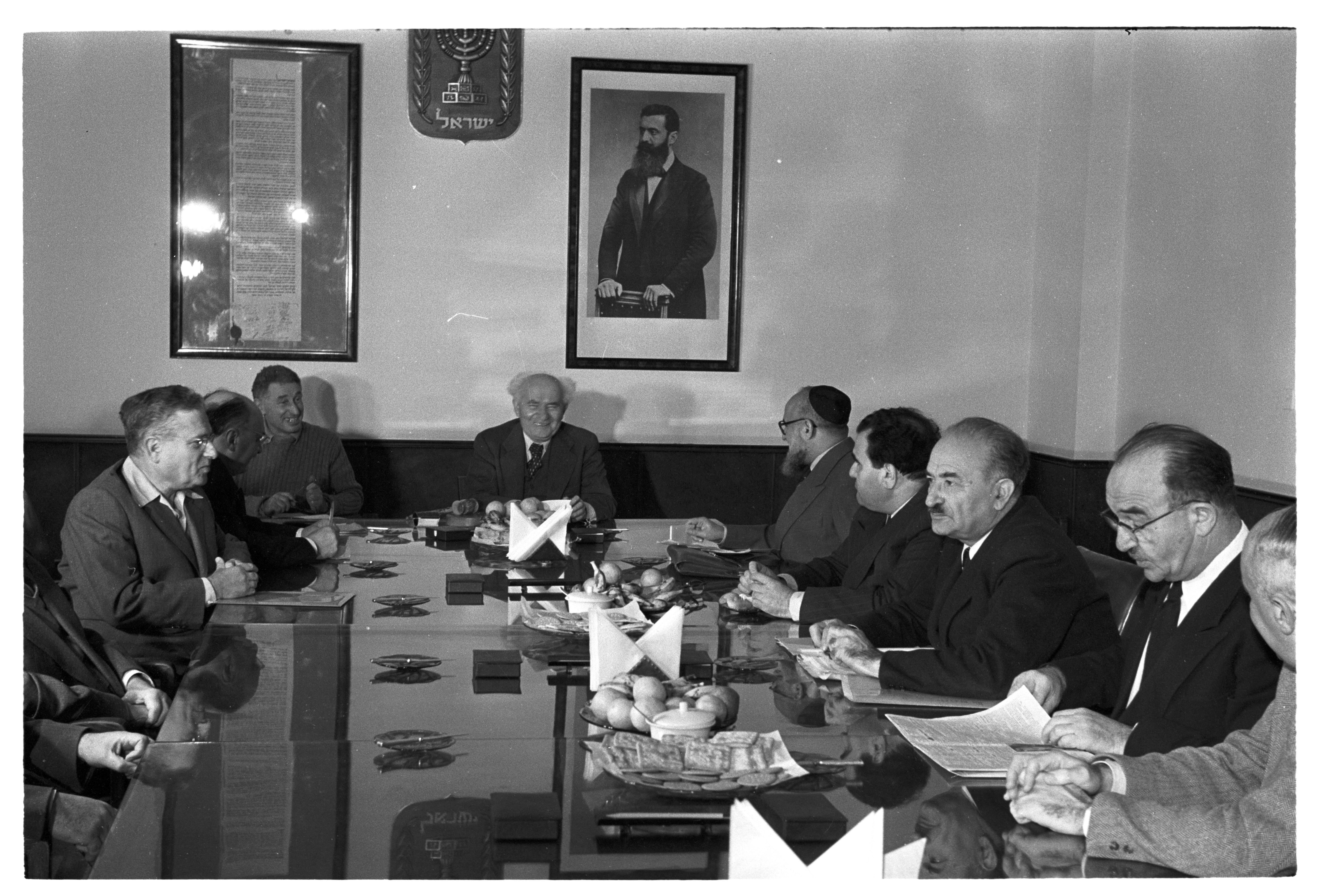 На стене в комнате правительства, рядом с портретом Герцля, - Декларация независимости. Во главе стола - Бен-Гурион. Фото 1956 года, автор - Давид Рубингер