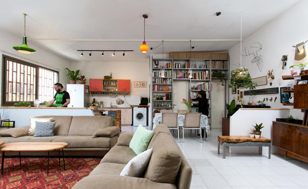 לדירה באזור שוק לוינסקי בדרום תל אביב נכנסו לפני 8 שנים. החלל, ששימש קודם כמתפרה, היה ריק לחלוטין, ורק 2 חדרי שירותים ומטבחון בקצהו (צילום: שירן כרמל)