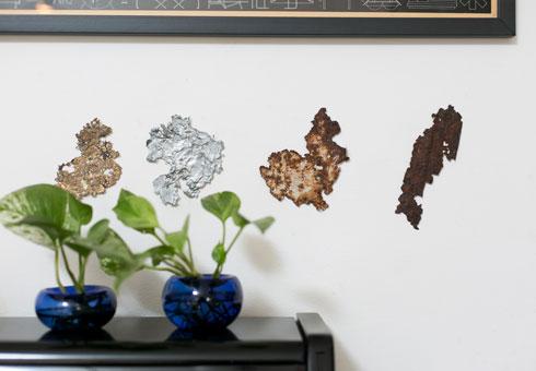 פיסות מתכת דרוסה וכלי זכוכית של הילה שמיע (צילום: שירן כרמל)