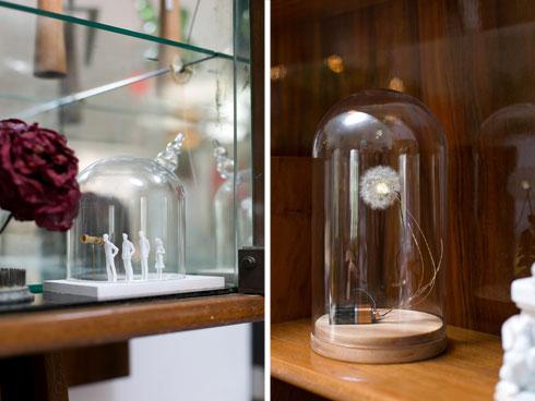 מנורת סביון של סטודיו דריפט (מימין) ודמויות מסיפור של אוהד בנית (משמאל) (צילום: שירן כרמל)