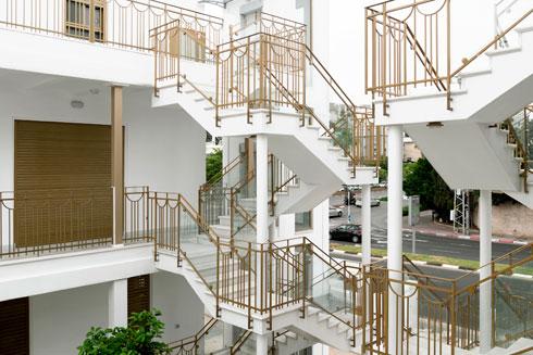 קשה לנחש שמדובר בבנייה חדשה. פורטוגלי מעודדת את דיירי הפרויקטים שלה להשתמש ברגליים (צילום: גדעון לוין)