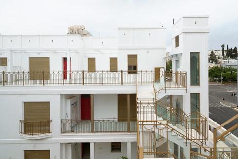 הצבעים שנבחרו הם לבן, זהב ואדום יין לדלתות (צילום: גדעון לוין)